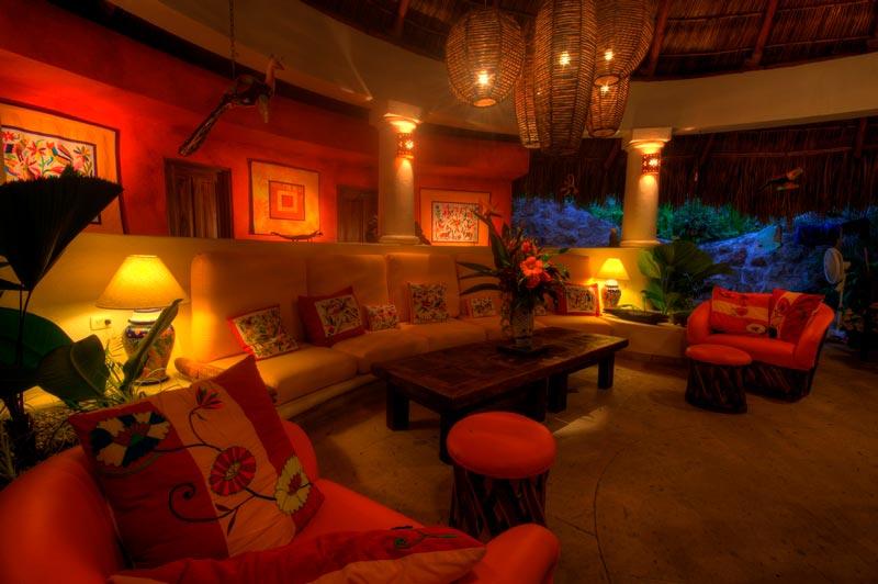 Sala de estar bajo una palapa